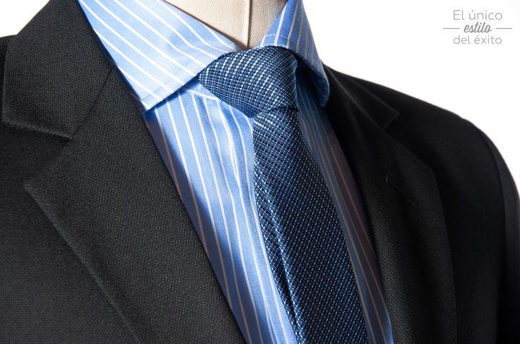 Vístete con un buen traje con colores atrevidos y te hará destacar de lo ordinario.