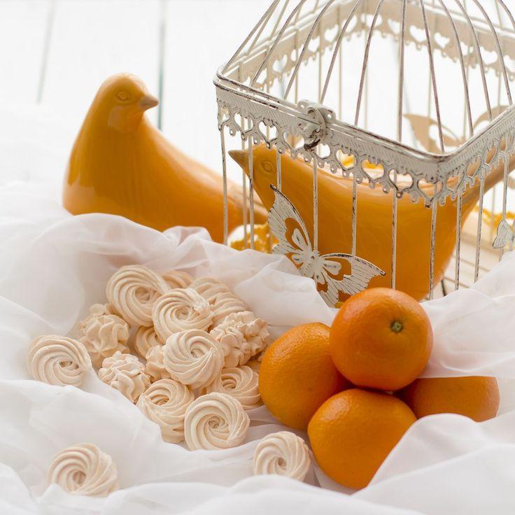 Полюбившийся мне зефир собственного производства, такой простой в приготовлении и вкусный, стал менее сладким и с нотками апельсина, за счет апельсиновой цедры, которая придает легкую горчинку, оттеняя теперь уже в меру сладкий вкус. Это самый настоящий ап
