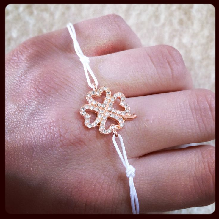 Four leaved clover w pink gold & white macrame 10€