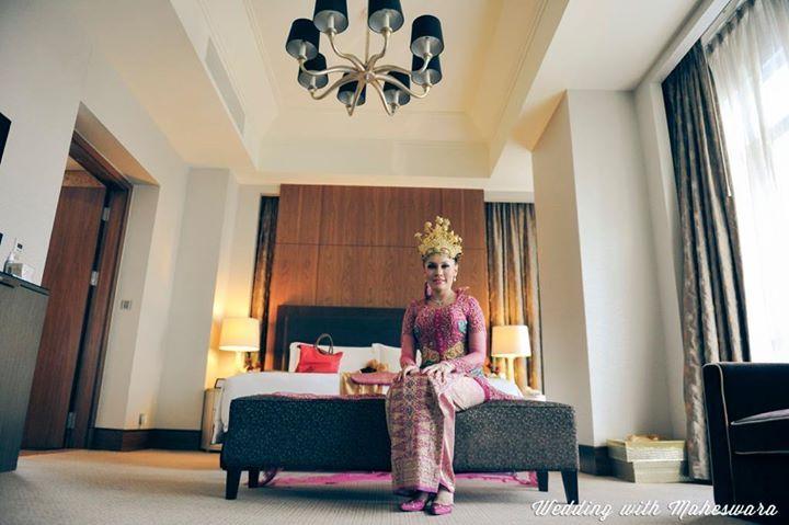 Mahkota pada kepala pengantin perempuan dalam pernikahan adat Palembang Sumatra Selatan. Mahkota ini bagian dari busana pengantin adat setempat.