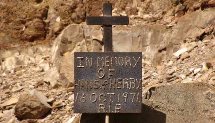"""Die Hans-en-Herbie-gedenkplaat in Namibië Menige toeris wat al deur Damaraland in Namibië gereis het, sou al die Hans-en-Herbie-kloof raakgery het. Die kloof is wes van die Rhino-kamp en loop suidwaarts an die Ugabrivier. Hier is 'n gedenkplaatjie waarop staan: """"In memory of Hans & Herbie, 16 Oct. 1971 R.I.P."""""""
