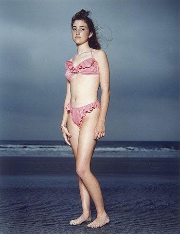 rineke dijkstra, erg mooie foto want de zee valt niet op en het meisje wel