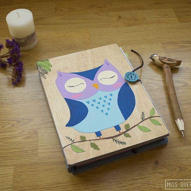 En septiembre, por la vuelta al cole, hice esta funda para la agenda. Está mal que yo lo diga, pero  . #agenda #buho #madera #hechoamano #pintadoamano #missquercus #diseño #owl #diary #calendar #wood #handmade #handpainted #design #unico