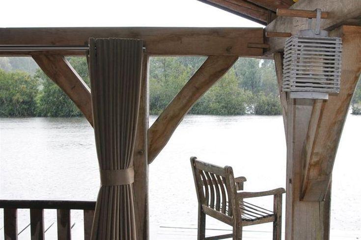 Bekijk de foto van RoedesOnline met als titel Mooie houten overkapping met speciale buiten gordijnen. en andere inspirerende plaatjes op Welke.nl.