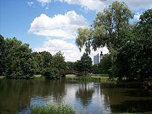 Johannapark, Blick zum Cityhochhaus und Rathausturm (Leipzig – Wikipedia)