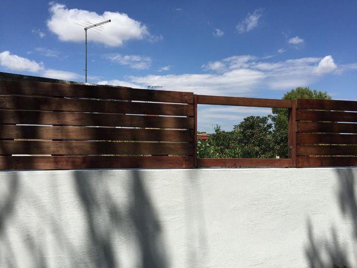 en el jardn un muro de obra con valla diy de madera exterior