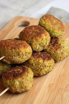 Croquettes de poivron vert, courgette et flocons d'avoine - 1 échalote,1 gros poivron vert, 1 courgette, 200g de flocons d'avoine, 1 oeuf, Sel et poivre, 1cc d'ail en poudre, 2cc de paprika, 1cc de curcuma, 1cc de piment doux, Chapelure de pain,Huile d'olive - VEGETARIEN