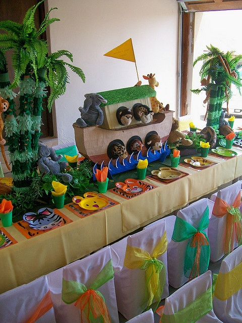 Noah's ark party.. Love palm trees plus animal plates