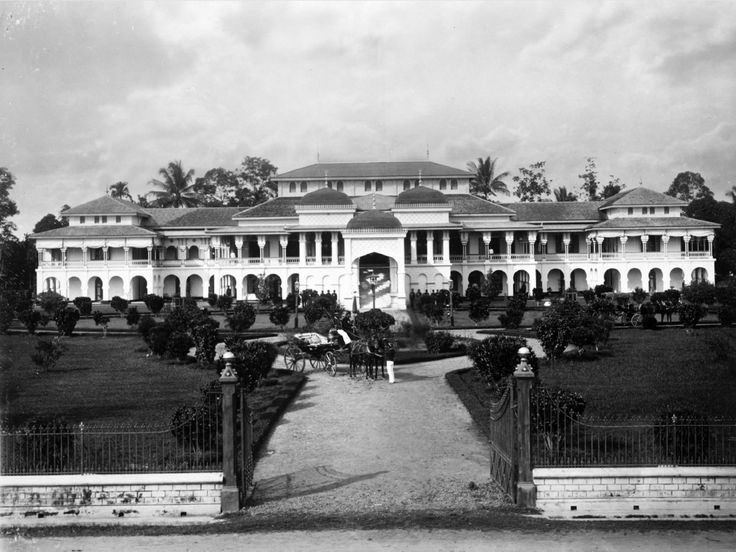 1890-1905: The Palace of the 'Sultan of Deli' in Medan.