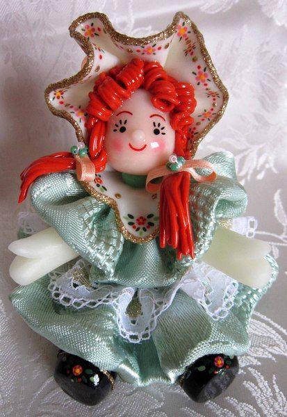 Bambola in pasta di mais con vestito verde di Piccoli Capricci di Mara su DaWanda.com