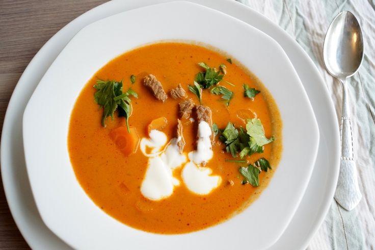 Gullaschsuppe. Den bedste opskrift på gullaschsuppe med oksekød, kartofler og gulerødder. Serveres med cremefraiche, persille og et lækkert brød.