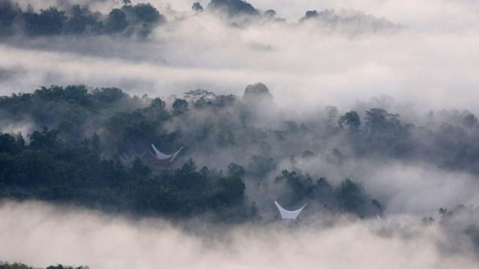 Pemandangan rumah tongkonan dalam selimut kabut di Kampung Lolai, Toraja.