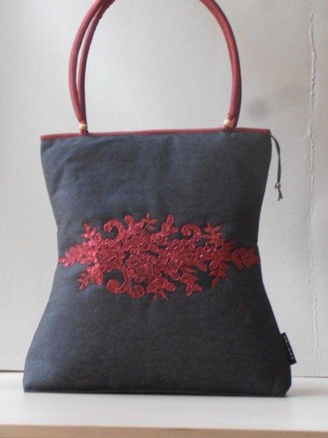 Középszürke nõi táska, piros-arany csipke rátéttel