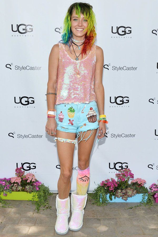 Das sympathische Model mit den Regenbogen-Haaren, Chloe Norgaard, hat kein Problem damit aufzufallen. Sie trägt zu den schimmernden…