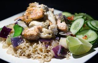 Aziatische vis van Jamie Oliver: Zalm en Schol met sesam uit de oven, met Oosterse wokgroentes, noedels en pittige komkommersalade