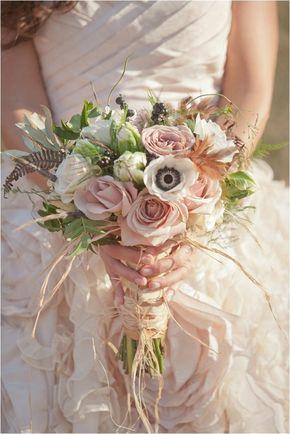 mariage shabby chic, simple bouquet de mariée, roses blanches