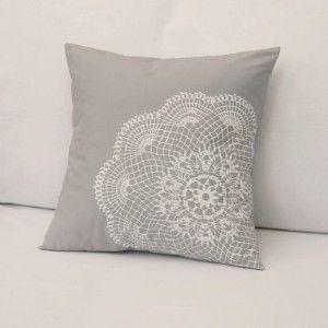 DIY: Doily Pillow Cover use Doily as screen print