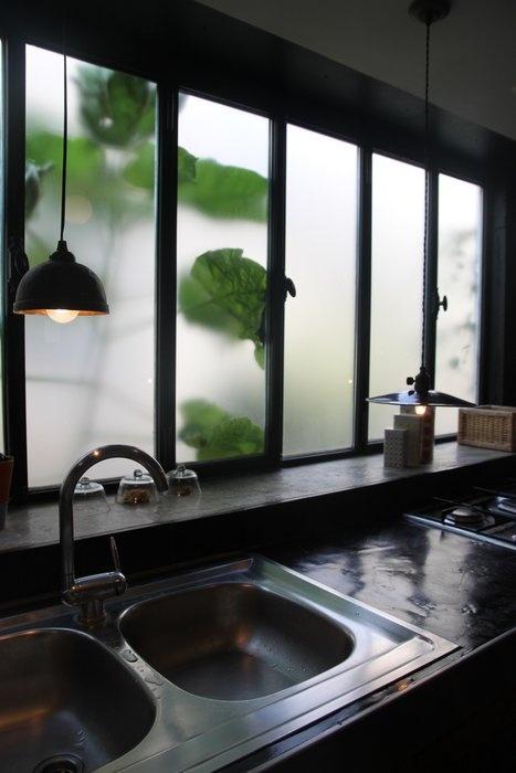 Cuisine Industrielle // http://www.deco.fr/photo-deco/decoration-loft-avec-chambre-enfants-051-3755668.html