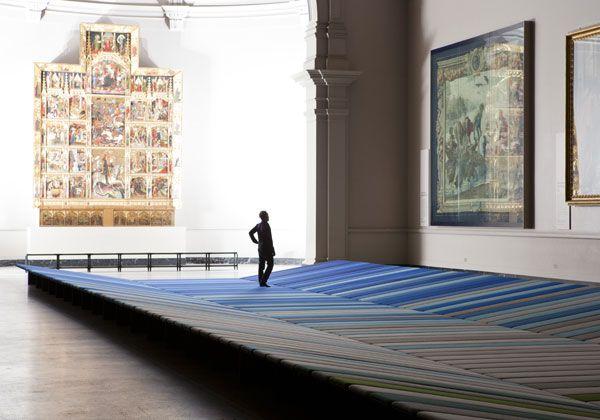 L'enorme tappeto sofa creato dai fratelli Bouroullec nella Raphael Cartoons Gallery al V Museum di Londra