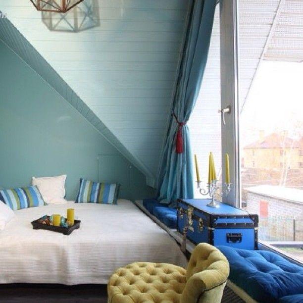 Спальня оформлена как комната- шкатулка, ее площадь всего 10 метров, но здесь есть все необходимое и она получилась очень уютной. Вдоль всего окна - диванчик- подоконник чемодан #paulsmith #шторы #икеа #стены  #benjaminemoore #спальня #кровать #пуф #моипроекты #bed #bedroom #suitcase #interior #design #decoration #instahome #beautifulhouse #niceplaces