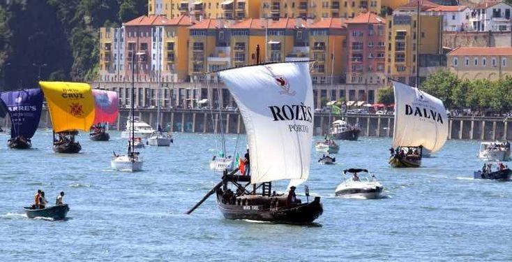 """Portwijn regatta op de Douro / Port Wine regatta on the Douro - via Over Portugal 05.02.2015   Portwijn en watersport? Zorg dat je de jaarlijkse """"Regata de Barcos Rabelos"""" in Porto niet mist. Tijdens deze botenrace op de Douro laten de porthuizen zich van hun mooiste kant zien en strijden in traditionele vrachtboten (rabelos) om de 1e plaats. De race maakt deel uit van het grootste feest in Porto. De competitieve maar vooral gemoedelijke wedstrijd vindt plaats op 24 juni. #portugal"""