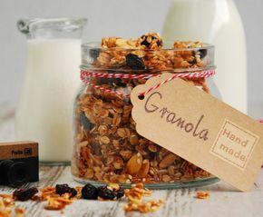 Granola to mieszanka wszystkiego co najlepsze, by rozpocząć dzień. Wystarczy mleko, jogurt, świeże owoce i zdrowe, sycące śniadanie goto...