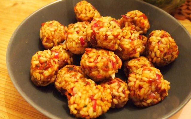 Ein toller Snack oder etwas für die Lunchbox: diese vollwertigen Vegan for Youth Reisbällchen sind nicht nur sehr schmackhaft, sondern auch sättigend.