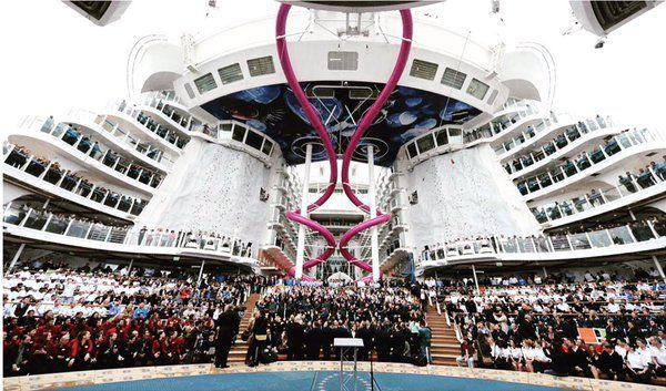 """Si chiama """"Harmony of the Seas"""" ed è la nave da crociera più grande del mondo. È salpata domenica dalla Francia verso il porto inglese di Southampton tre giorni dopo che i cantieri francesi..."""