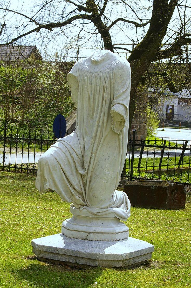 Pomnik przez kościołem ewangelickim w Sorkwitach.  www.it.mragowo.pl