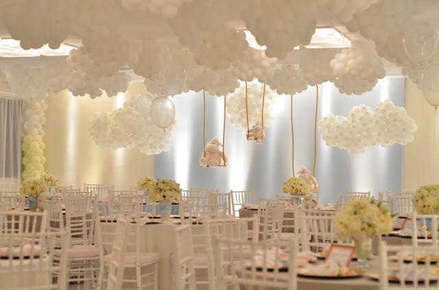 Decoração espetacular do salão de festas com bexigas brancas formando nuvens para festa de 1 ano no tema ovelhinhas.