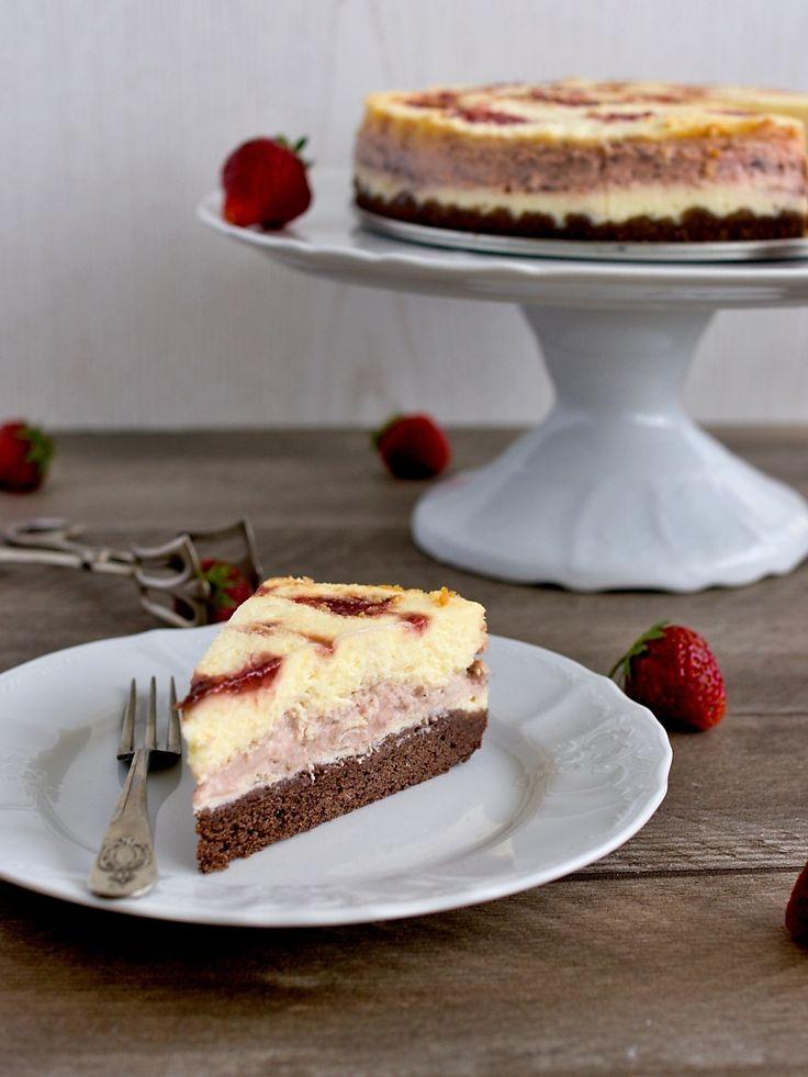 Cheesecaky v jakékoliv podobě jsou něco pro mě, navíc v kombinaci s jahodami - kdo by odolal? Takže když jsem tenhle dort viděla v červnovém...