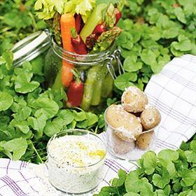 Råa grönsaker med syrad grädde