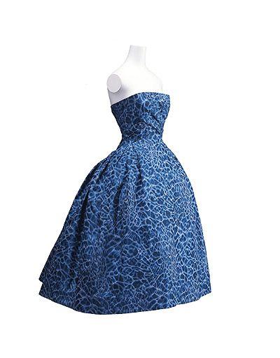 Vestido de cóctel de Christian Dior (1956). En el año 1947, Dior lanzó la línea 'New Look', una silueta de cintura estrecha y marcada cadera, que supuso un punto de partida para la moda de los años cincuenta.