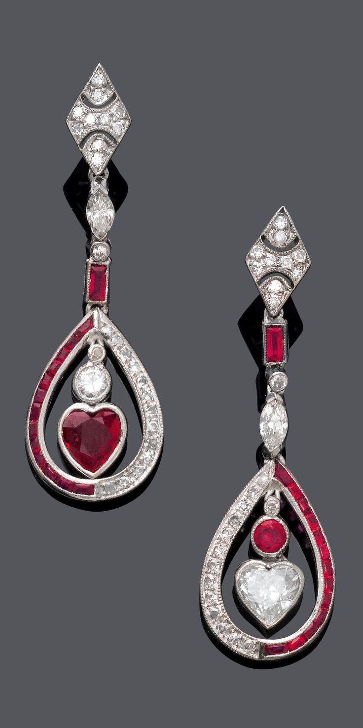 Orecchini pendenti Art Deco in platino, oro bianco, rubini e diamanti. 1920.