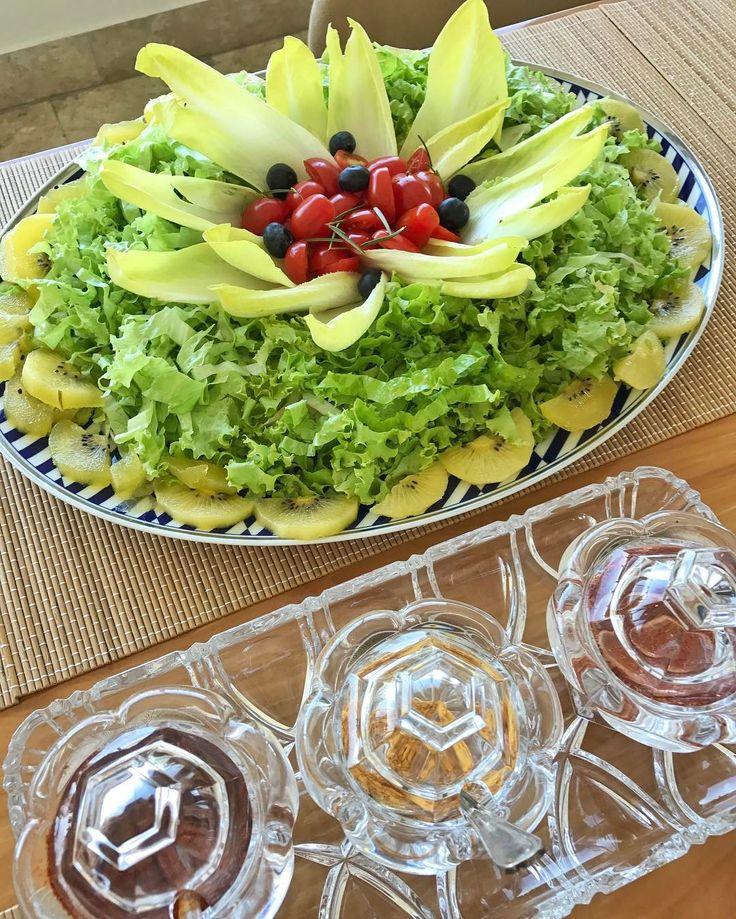 Essa salada ficou maravilhosa!! Na borda, kiwi gold 🥝, depois alface picadinha, endívias, tomate cereja e blueberries! 😋 #SaladasCarolBuffara #healthyliving #projetocarolbuffara