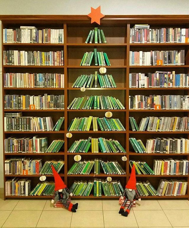 Bellissimo albero di natale di #libri . #lettura #daleggere #natale #alberodinatale #libreria