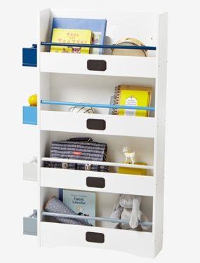 Dieses Kinder Bücherregal ist mit hübschen Schiefertafeln zum Beschriften verziert und überzeugt mit praktischen Details. In den kleinen Seitenfächern kann so einiges verstaut werden und die Querstangen an den 4 stabilen Regalböden des Bücherregals fürs Kinderzimmer verhindern, dass Bücher herausfallen. Reizend ist der ausgesägte Stern an der Rückwand des Wandregals. Produktdetails:Bücherregal: MDF, Lack auf Wasserbasis. 4 feste Regalböden mit Querstangen. Die Querstangen verhindern, dass…
