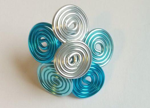 Anelli filo di alluminio creati a mano su misura e nei colori preferiti. Altre creazioni su www.lecreazionidimarozia.it