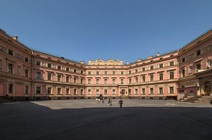 Большой двор Михайловского замка