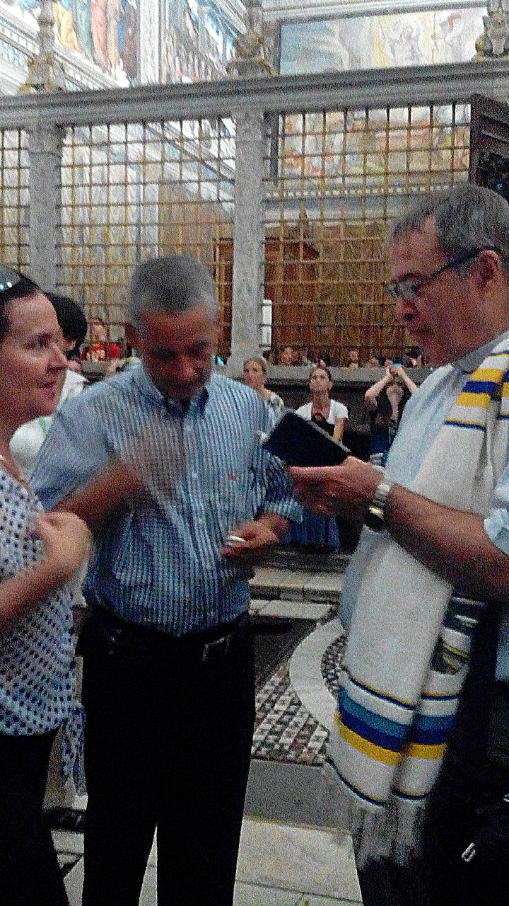 Aunque no se podía hacer, logramos tomar la foto de la renovación de votos de doña Dolores y don Alfredo, qué espectáculo tan hermoso en plena Capilla Sixtina