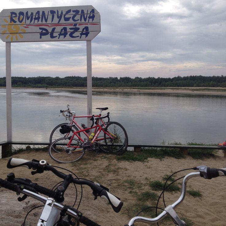 Z Plaży Romantycznej możemy przedostać się na drugi brzeg promem. Rowery czekają na prom.