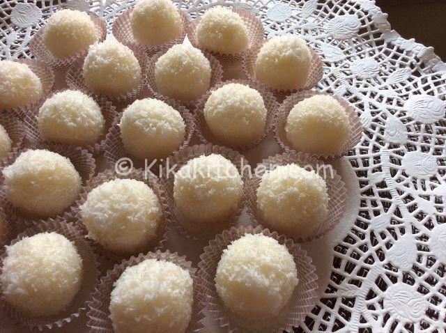 """Palline al cocco    Ingredienti (circa 20 palline al cocco)     100 g di farina di cocco (+ altri 50 g per """"infarinare"""" le palline)   70 g di panna fresca liquida   70 g di zucchero   45 g di"""
