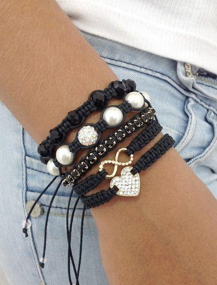 Kit de pulseiras shambalas, confeccionadas com cordão encerado na cor preto, composto de 5 pulseiras, sendo:  - 1 pulseira com entremeio de coração dourado com strass  - 1 pulseira com símbolo do infinito  - 1 pulseira de corrente de strass jet  - 1 pulseira de pérolas contendo 1 bola de strass  - 1 pulseira de cristais facetados jet    > Pulseiras ajustáveis, nosso padrão ajusta bem em pulso de 15-18 cm. Caso você tenha um maior ou menor, informe no pedido o tamanho do seu pulso que faremos…