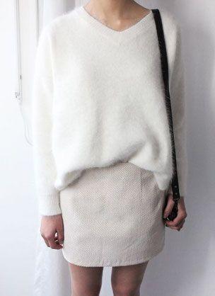 Look monochrome blanc d'hiver avec un pull en mohair pour un esprit cocooning