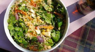 Ahora que ya sabes preparar la quínoa te tenemos esta deliciosa y saludable receta de ensalada de quínoa con garbanzos.