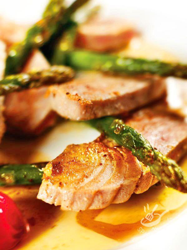Se avete voglia di un piatto buono, leggero e facilissimo, provate a cucinare il Tonno con asparagi. Una ricetta saporita e infallibile.