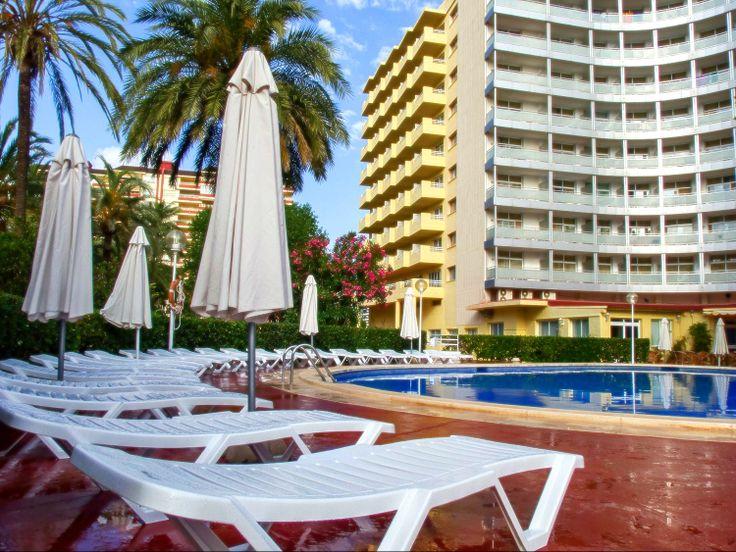 Hamacas y sombrillas en la piscina exterior de Adultos del Hotel Tres Anclas de la Playa de Gandia.