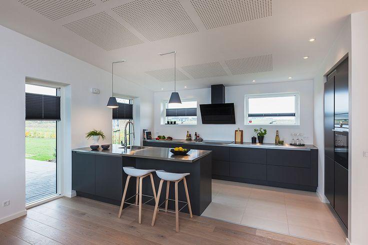 Køkkenet i et af husene i vores udstillingsby i Ringsted #huscompagniet #inspiration #indretning #husbyggeri #nybyg #husejer #nythus #arkitektur #typehus #køkken
