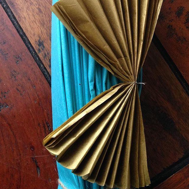 Zlatý pompomek a velký (50cm) tyrkysový pompom #pompom #dekorace #vyzdoba #aranzovani #vikend #oslava #narozeniny #party #czechgirl #tyrkysova #zlata #gold #papirovekvetiny #paperflowersprague #papirovedekorace #instagood #productionprague #inspirace #work #papir #hedvabnypapir #praha #pompomtime