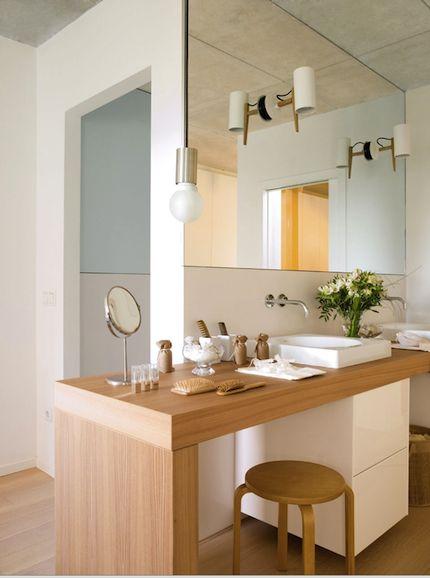 Salle de bain spacieuse et lumineuse